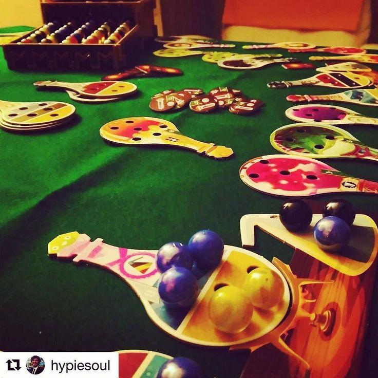Potion Explosion é um divertido e explosivo jogo de preparo de poções mágicas para 2 a 4 aprendizes de feiticeiro. Nele os jogadores competem pelo prêmio de Aluno do Ano nas Provas Finais de Poções tentando produzir as melhores poções em menos tempo!  O Dispensador de Ingredientes fornece os quatro elementos básicos para o preparo de suas poções: Fumaça de Dragão Muco de Ogro Caspa de Fada e Lágrimas de Unicórnio. Os estudantes de magia devem escolher seus ingredientes com cuidado para…