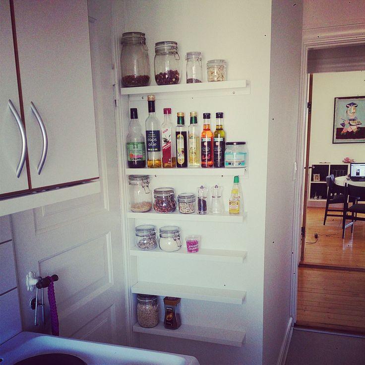 Fuld udnyttelse af køkkenet - væg ud til bagtrappen. Perfekt til opbevaring af krukker mm. Jeg brugt Ikeas billedhylder, hængt dem op på hovedet og vupti en smal hylde perfekt til formålet :-)