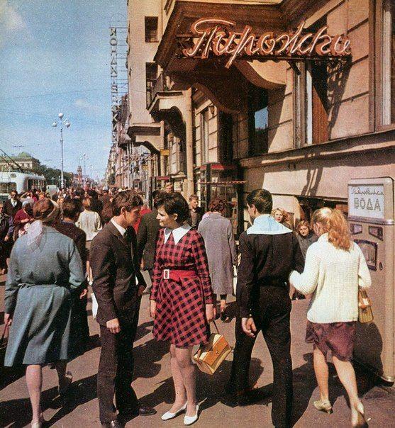 На девушке модное платье, у молодого человека тоже уже узкий костюм. Явно потомственная интеллигентная молодежь, возможно студенты.  Leningrad 1969