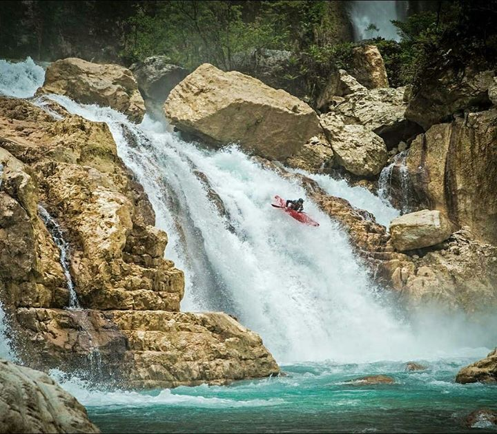 Photo via | Benny mrr #Aventure #Kayak #Waterfall A group of pro kayakers journey to the remote jungles of Papua New Guinea to attempt a first descent of the Beriman Gorge a daunting 40km run lined with sheer limestone walls and no way out but to ride to the ocean
