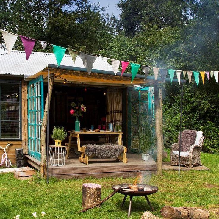 Tweede huis. Elianne (37) is getrouwd met Danny (48) en moeder van Fitou (8) en Puck (4). Mijn man en schoonvader hebben het hippiehuisje gebouwd. Het staat op de camping en we noemen het Brik & Brak. Alle accessoires komen uit kringloopwinkels vandaar. Meer verhalen over tweede huizen lees je in de nieuwste Kek Mama.  Tekst en fotografie Tesse Heselhaus  #kekmamagazine #kekmama #magazine #tweedehuis #binnenkijken #interieur #kekmama10