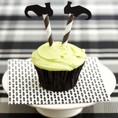 Cupcake simples, com canudinhos e pés de papel preto pra fazer as pernas de bruxa