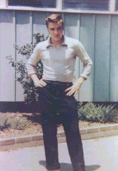 ELVIS O FURACÃO DOS ANOS 50 - Essa seção retrata o ínicio da carreira de Elvis que vai desde a primeira gravação em 1953 a 1958. Foi o período de maior explosão da carreira de Elvis, nunca o mundo havia visto tamanho sucesso, é claro que havia Frank Sinatra e Dean Martin, mas nenhum com tanto impacto na cultura como foi Elvis nos anos 50. Elvis praticamente influênciou em todos os segmentos, a forma de se vestir, cantar, dançar etc...