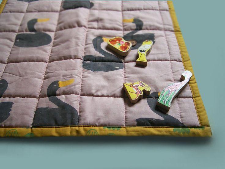 Beautiful quilt or playmat for your toddler Pretty swan on dusty rose #normadot #swan #silketryk #handmadeisbetter #etsyshop #smallbusiness #dansk #danishdesigner #babyaccessories #quilt  www.normadot.etsy.com