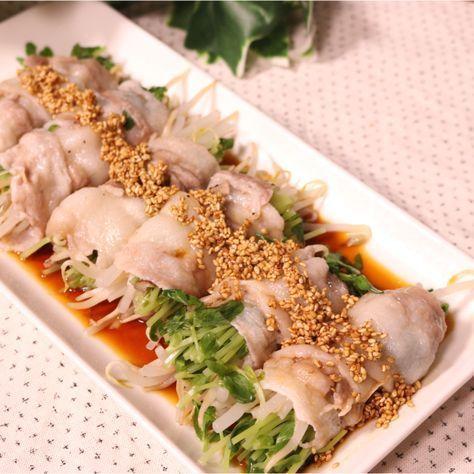 「レンジで簡単!もやしと豆苗の豚巻きレンジ蒸し」の作り方を簡単で分かりやすい料理動画で紹介しています。レンジでできる豚巻きの紹介です。安くオールシーズン食べられるもやしと豆苗を豚肉で巻けば、油いらずフライパン要らずで簡単に仕上がります。簡単なのにやみつきなりますよ。タレは鶏ガラの素とラー油を加えて中華風に仕上げました。是非、お試しください。