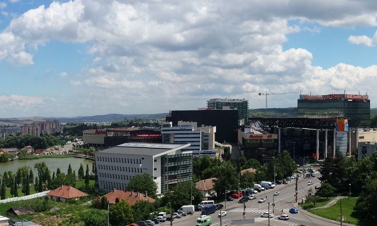 Priveliste de pe acoperisul complexului rezidential Riviera Luxury Residence din Cluj-Napoca, cu Iulius Mall si Parcul Tineretului in fundal.