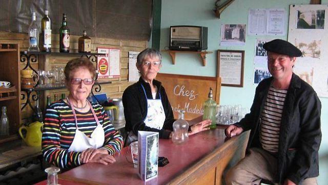 Lizig et Madeleine, du Dossen, retrouveront et feront revivre le bar familial des années 1950, tenu par leurs parents, lors de la foire de Sainte-Catherine.