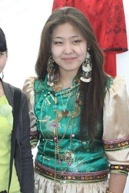 Altay halkı, yarı göçebe bir halktı. Hayvancılık ve avcılık yaşamlarının önemli bir parçasıydı. Bu halkın çoğunluğu Rusların etkisiyle yerleşik yaşama geçti. Altayların bir kısmı geleneksel inançları olan Şamanizme bağlıyken bir kısmı Ortodoks'tur. 1904 yılında, Rus yayılmacılığına tepki olarak Ak Ceng veya Burhanizm denilen bir dinsel hareket de gelişmiştir. Altay halkı için Tibet Budizmi ve Şamanizm önemli inançlardır. Altaylar, Altay Cumhuriyeti'nde tapınaklar bulunmadığı için