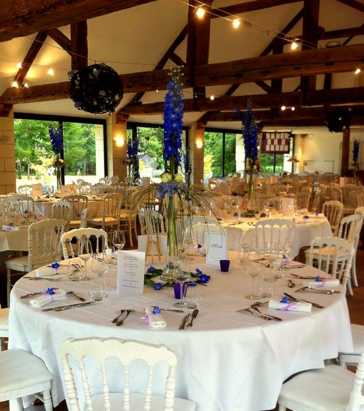 Une décoration de table blanche et violette pour une réception à la Galerie au Château de Chambiers #MariageDecoration #WeddingIdeas
