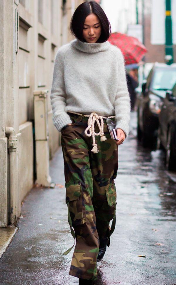 Yoyo Cao aposta em calça de estampa camuflada com maxi tricot off cinza