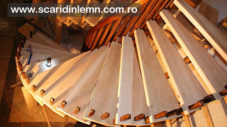 atelier tamplarie scari interioare din lemn pe vanguri, cu trepte de lemn suspendate pe corzi pret oferta