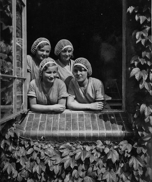 #Verkade meisjes in open raam | Verkade girls in window