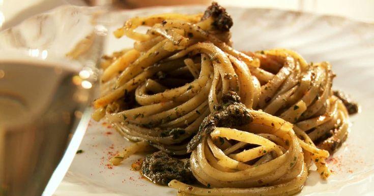 Découvrez cette recette de Pâtes au pesto de persil et d'anchois pour 4 personnes, vous adorerez!