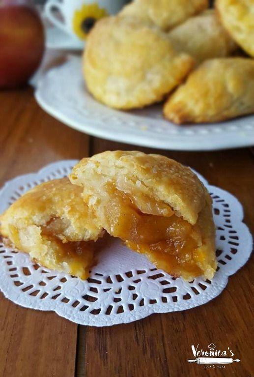 Le mezzelune alle mele, sono dei golosi dolcetti realizzati con la finta sfoglia. Appena sfornati sprigioneranno un profumo intenso di mele e cannella.