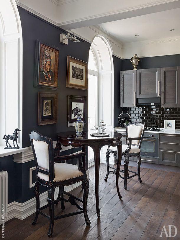 Интерьер классической кухни. Темно-серые стены, темный паркет, серая кухня.
