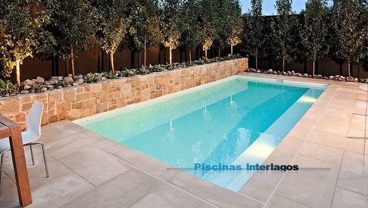 Piscina con revestimiento en gresite blanco coronaci n y for Coronacion de piscinas precios