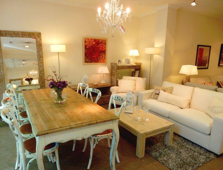 Mesa rústica de 2 x 0.90m con 6 sillas Thonet. En el living, mesa de centro rústica con patina blanca y  sofá Battam.