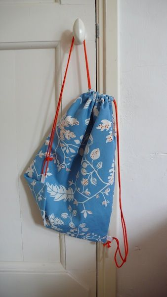Bloem: DIY rugzakje, gymtasje, kadotasje of zomaar-een-tasje_eenvoudig ongevoerd model