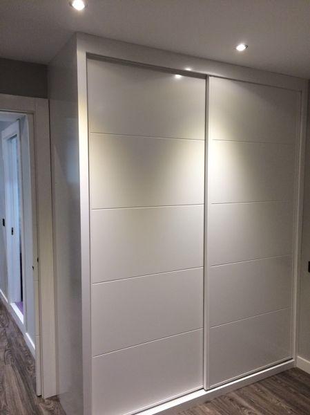 Fotografía de Armario empotrado de madera lacada blanca por 2Mar Construcciones e Interiorismo #748455.