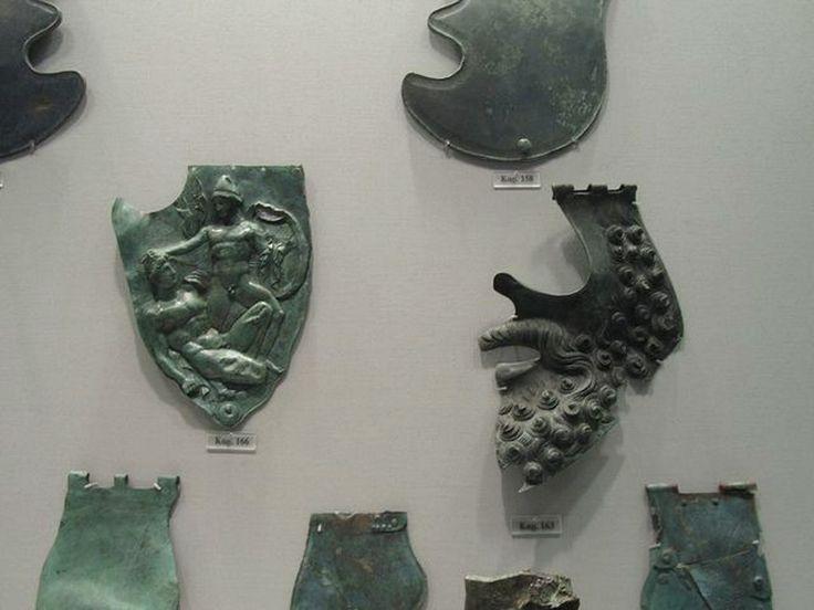 Бронзовые нащечники от различных типов греческих шлемов. 4 - 2 вв. до н.э. Национальный Археологический музей, Афины, Греция.