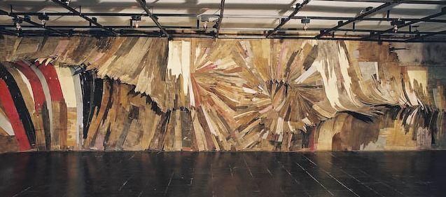 Henrique Oliveira , classe 1973, è un'artista brasiliano con sede in San Paolo. Lì opera utilizzando legni di scarto da baraccopoli dismesse...