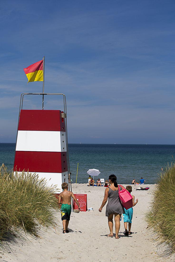 Den dejlige badestrand ved Kabelhuset i Rørvig i Odsherred i Danmark med stor og bred sandstrand og livreddertårn på stranden