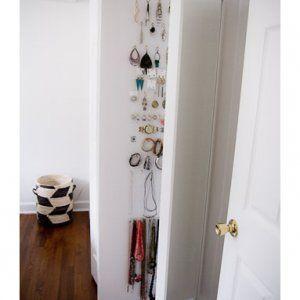 Nascondere e tenere in ordine le collane dietro lo speccho IKEA STAVE con cerniere