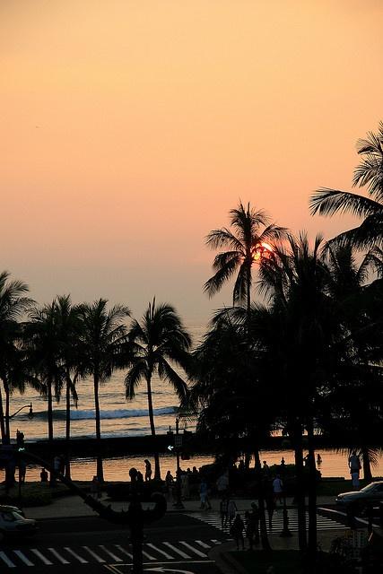 Waikiki at Night, Honolulu, HI - Heaven hás a location... Thaís place is in my bucket list.