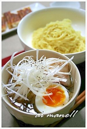 """""""Hot Chinese noodles accompanied by soup for dipping""""/あつあつスープのつけ麺"""