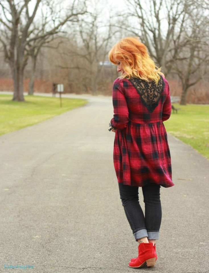 Буффало плед туника, черные узкие джинсы и красные ботинки. Повседневный стиль.