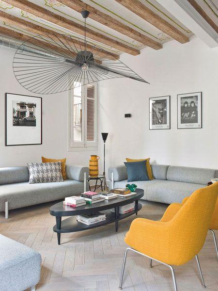 Salón en amarillo y gris con lámpara de techo