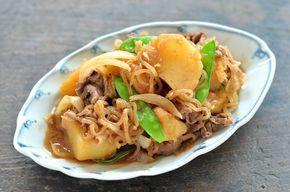 いちばん丁寧な和食レシピサイト、白ごはん.comの『肉じゃがの作り方』のレシピ(※だしを使わないレシピ※)です。基本的な具材(じゃが芋、玉ねぎ、しらたき、牛肉、絹さや)を使って、だしなしで美味しい肉じゃがを作ります。写真付きで作り方を詳しく紹介していますので、ぜひお試しください。