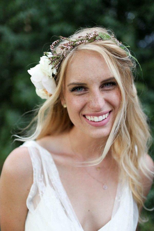 Loose curls, simple floral crown | Image by Jamie Fischer