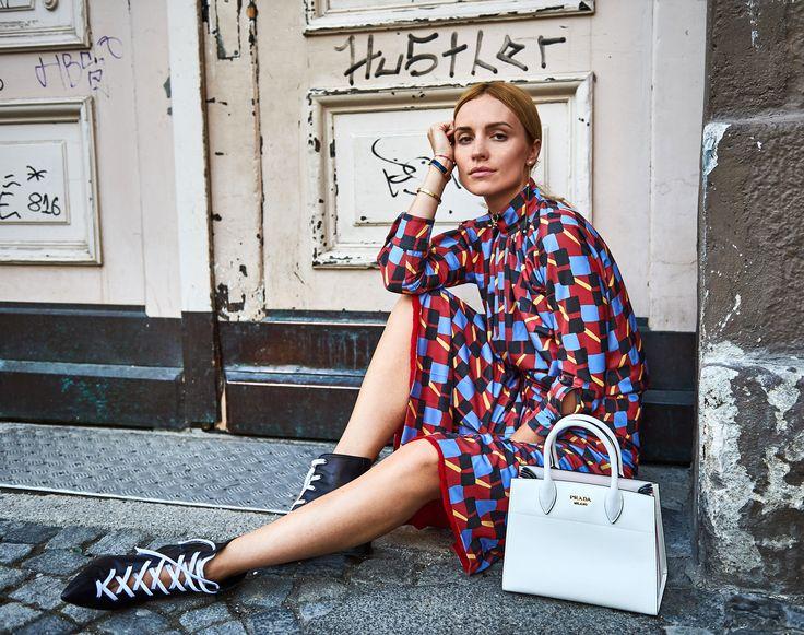 Cooles Kleid im 20er Jahre Stil, hochgeschlossen mit langen Ärmeln. Dazu als kleiner Stilbruch sexy Schnür-Stiefel. Interessant: weiße Schnürsenkel / weiße Tasche | @prada #bag #dress @lalaberlin #boots