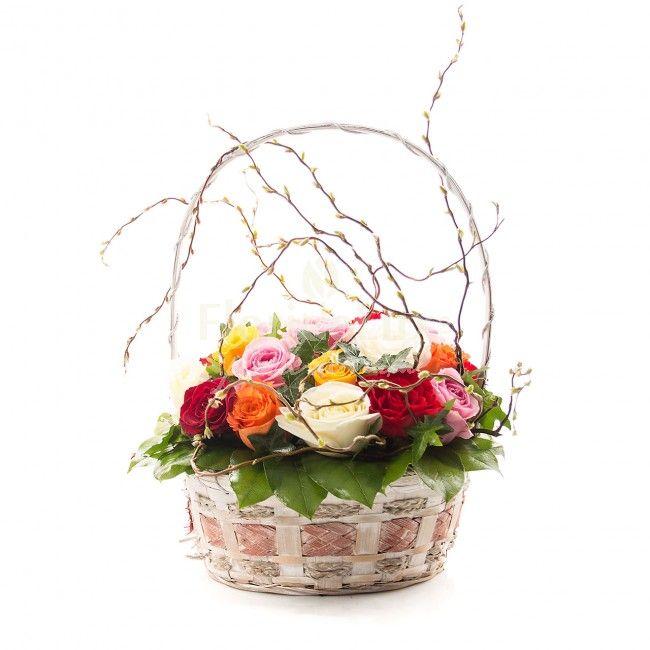 Cos cu trandafiri multicolori! Cadou inedit si special, plin de culori, in decor de crengute inmugurite si verdeata proaspata!