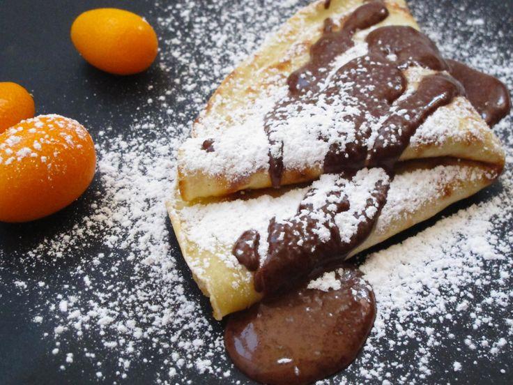 Mormor Josefines vidunderlige ungarske pannekaker med sjokoladesaus og valnøttfyll.