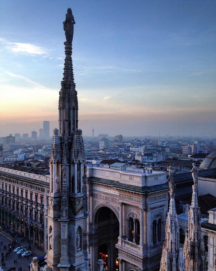 #milano #milanocity #milanodavedere #cielo#sky #skyline #orizzonte #horizon #milanodaclick #ig_milano #igersmilano #loves_milano #vivomilano #loves_united_milano #lombardia#panorama #veduta #guglie #terrazze #galleriavittorioemanuele #volgomilano by ma.bellu