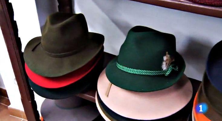 Normas de uso del sombrero masculino. Cómo vestir un sombrero de caballero. Etiqueta para los hombres y el sombrero Crazy Hats, Cowboy Hats, Fashion, One Shoulder Dresses, Men Hats, Men Accessories, Men's Fashion Tips, Knights, Moda