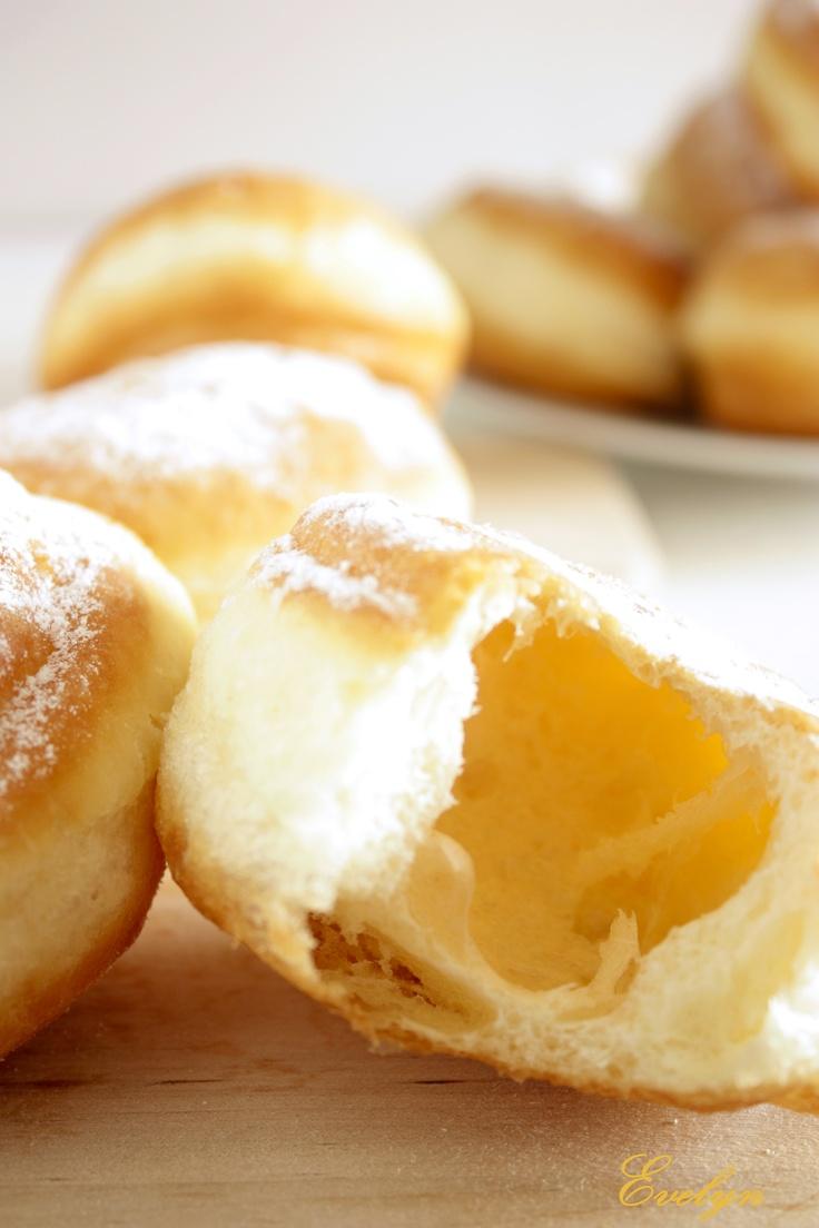 Gogosi http://nonamefood.blogspot.ro/2012/03/gogosi-extra-pufoase.html
