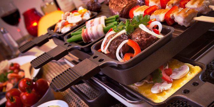 Gourmetten is gezellig, maar heeft een groot nadeel: die penetrante gourmetlucht die zich door de kamer verspreidt. Hoe zorg je dat je die verdrijft?