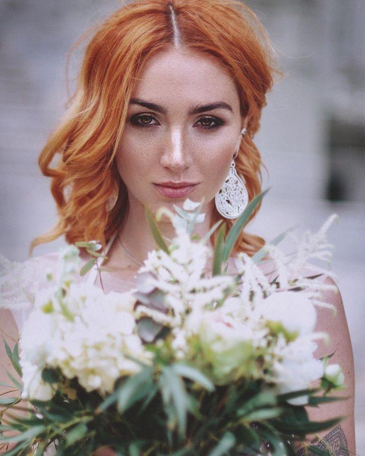 """В тренде - натуральность, легкость, мягкость и богемный шик. Это проявляется и в прическе невесты, и в букете. Букет невесты 2017 - это тонкое сочетание, кажется, десятков полу оттенков и различных растений. Слегка растрепанные, объемные и воздушные. В букетах и прическе невесты много свежей зелени, немного дикой и фактурной.  Фотопроекте """"Wedding Case"""" 1️⃣6️⃣ ИЮЛЯ •Красивейший макияж и укладку с живыми цветами ; •Голландские цветы в уникальных европейских композициях ; • Последнии тенденции…"""