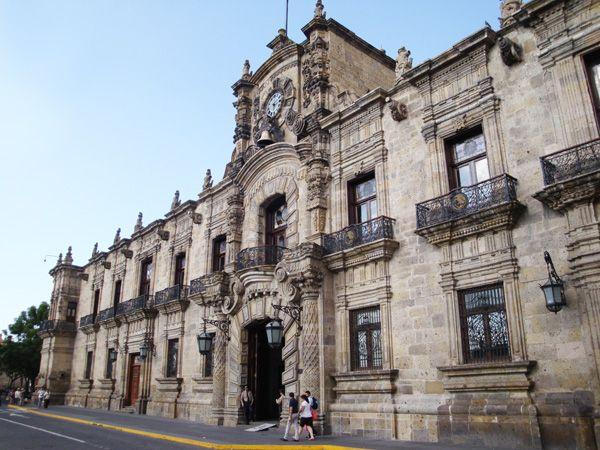 Palacio de Gobierno, una bella muestra arquitectónica del Centro Histórico de Guadalajara. Construido en 1650, pero fue derrumbado por un temblor en 1750, posteriormente la fachada principal fue reconstruida con cantera dorada de Huentitán y con fondos del impuesto al mezcal, inaugurada en 1790 por Antonio Villa Urrutia.