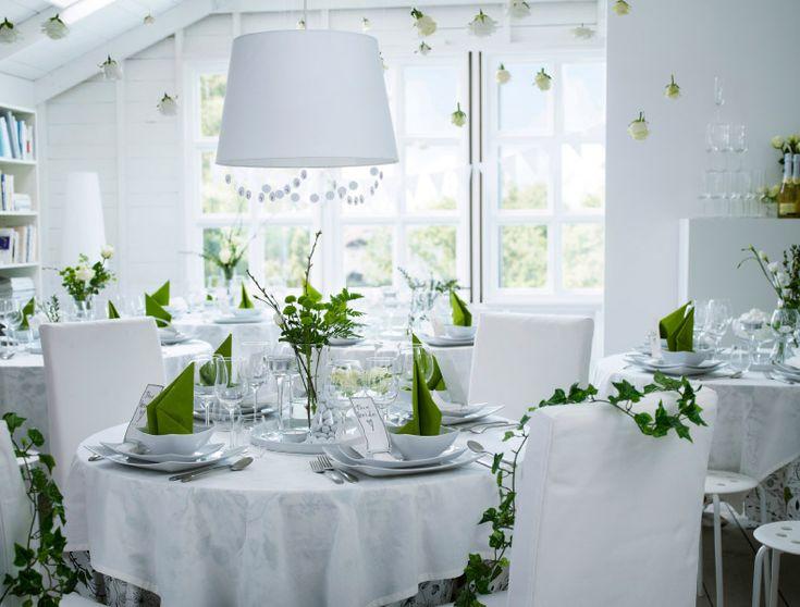 Hochzeitsfeier in Weiß und Grün mit DITTE Meterware in Weiß, HEDERLIG Weißweingläsern aus Klarglas, FANTASTISK Papierservietten in Mittelgrü...