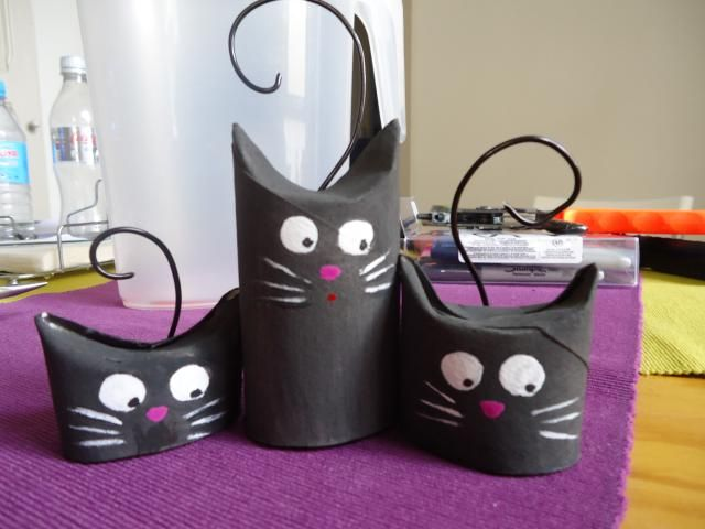 Halloween black cats craft made with old toilet paper rolls. Meow! Cute!