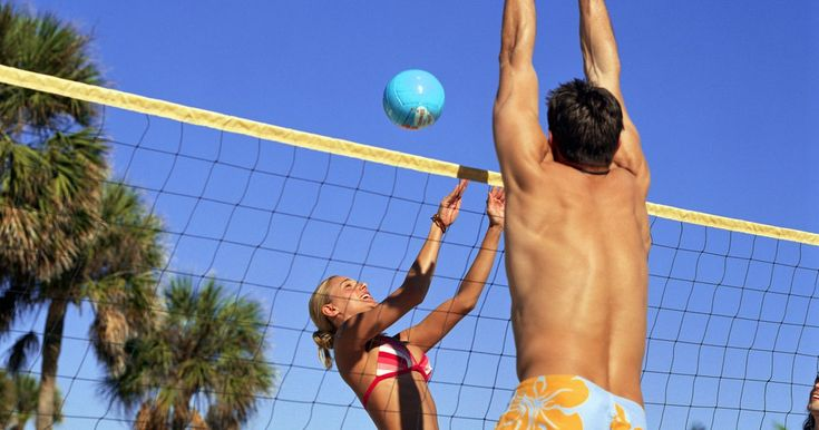 Cómo usar señales de manos en el voleibol de playa. El voleibol de playa puede ser un deporte muy demandante. Para aquellos que nunca han jugado de manera competitiva, puede ser que pienses que dos jugadores cubren toda la cancha con mucha suerte. La realidad es que las parejas cubren la cancha entera con comunicación, no con suerte. Los dos jugadores de un equipo de voleibol de playa siempre saben ...