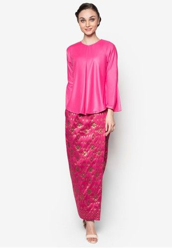 Hamidah Kurung from Seleksi Akma in Pink Look effortlessly elegant and stylish wearing this Seleksi Akma creation. Incorporating a modern take to the traditional outfit, the brand maintains the classic songket bottom but infuses a hint of modern with the top. Steeped in an aesthetically... #bajukurung #bajukurungmoden
