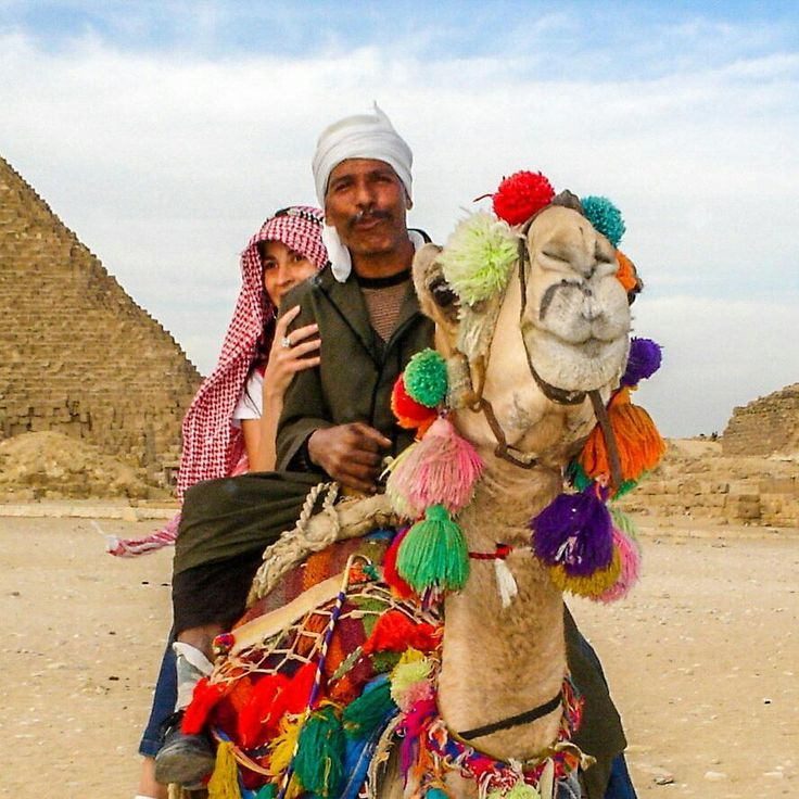 Andar de camelo é uma das experiências mandatórias no Egito, especialmente nas pirâmides para comporem o cenário.  Escolhi o mais enfeitado! mas não me encorajei a ir muito longe. Ouvi relatos de turistas que pagaram 10 libras egípcias para irem longe e quando chegaram lá, o egípcio cobrou mais 100 Egyptian Pounds para voltar e até para descer do camelo!  Clique no post para saber mais detalhes ou acesse www.acamminare.com