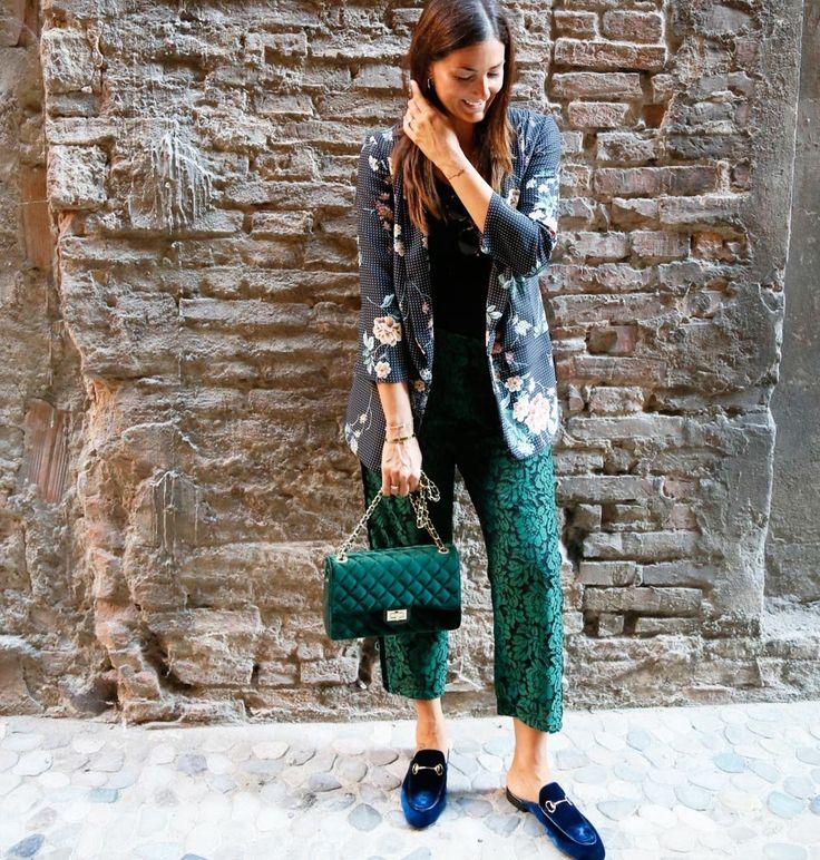 Splendido pantalone in pizzo verde completamente rivestito all'interno. Comodo elastico in vita e banda in velluto nero laterale.Composizione: 40% cotone 30% poliamide 30% viscosaMade in Italy