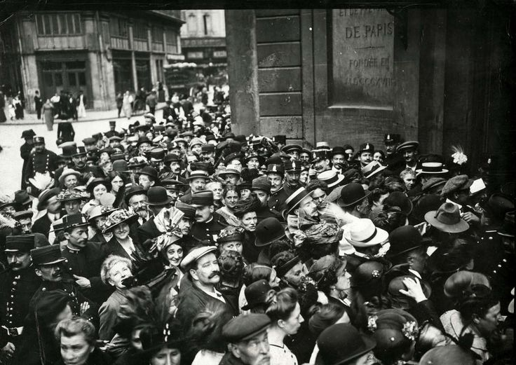 France - Groups of people near the bank Caisse d'Epargne in Paris, want to pick up all their savings after they heard about the declaration of war, August 1914