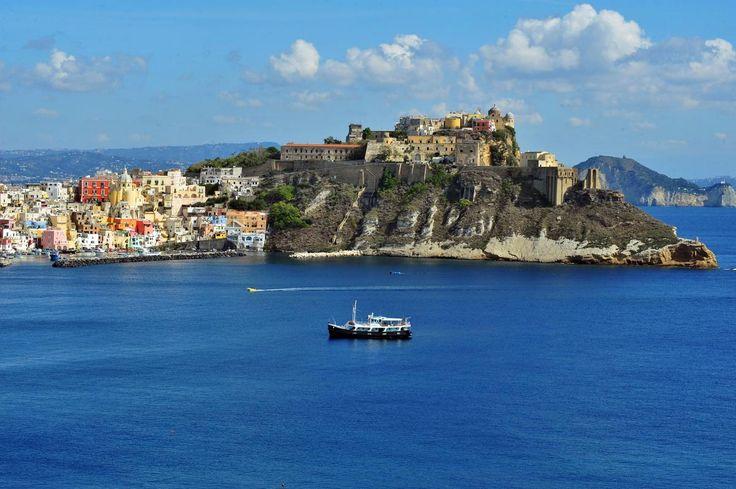 I 25 borghi più affascinanti Isola di Procida – Se cercate un luogo in cui rilassarvi, fare un giro in bici e godere della tranquillità, l'avete trovato. Vicino Napoli, raggiungibile in traghetto, ma lontano da tutto. Spiagge magnifiche e tramonti straordinari. (Foto di Naxos)dItalia da vedere almeno una volta nella vita (FOTO)